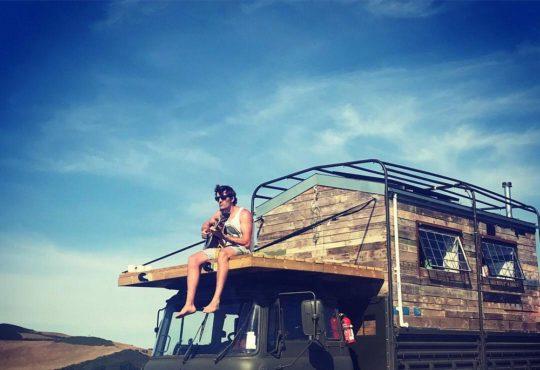 24-річний британець Том Дакворт перетворив стару армійську вантажівку на будинок мрії 8