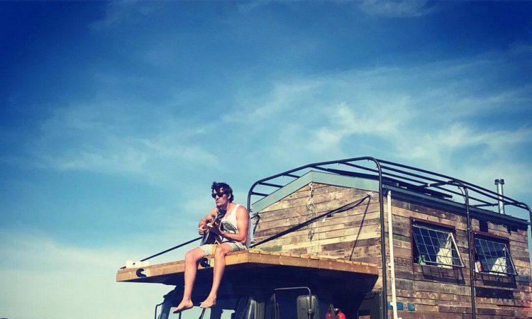 24-річний британець Том Дакворт перетворив стару армійську вантажівку на будинок мрії 1