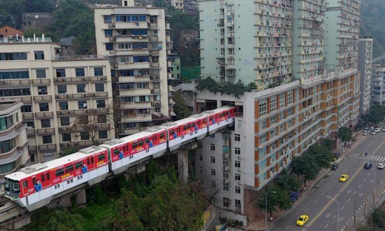 В китайском городе Чунцин внутри дома построили жд станцию (видео) 1