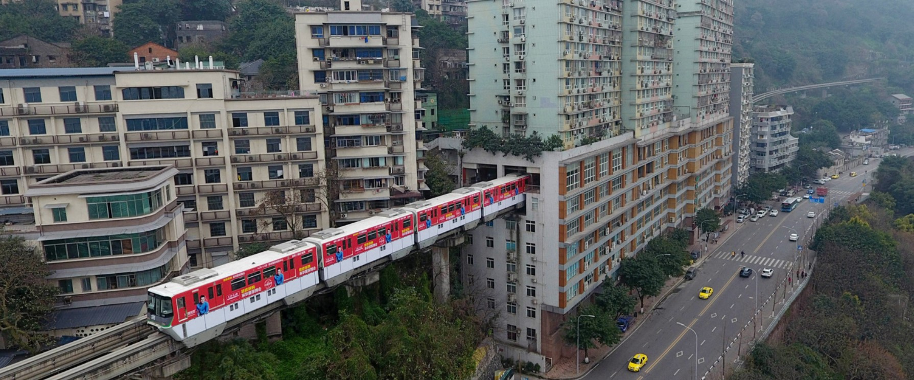 В китайском городе Чунцин внутри дома построили жд станцию (видео) 5