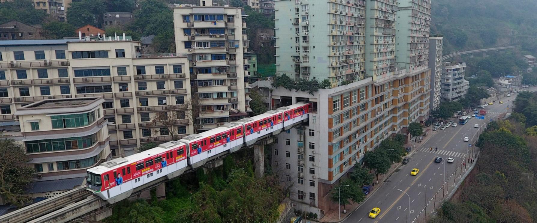 У китайському місті Чунцин всередині будинку побудували станцію монорельсу (відео) 5