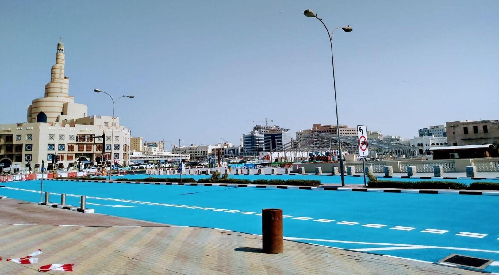 У Катарі фарбують асфальт в блакитний колір 7