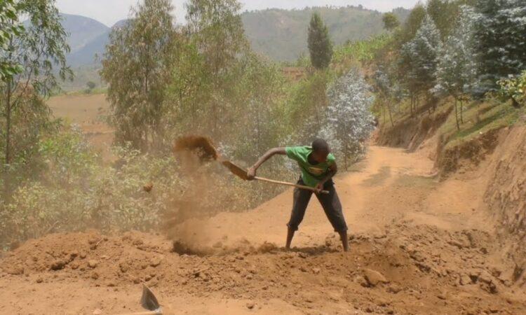 Мотыгой и лопатой: руандец за 3 года вручную построил дорогу 1
