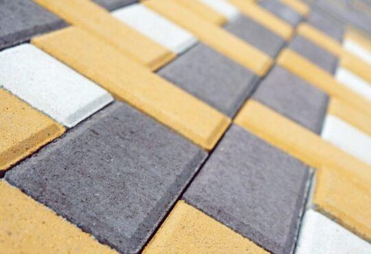Тротуарная плитка «Кирпич» (цвет — чёрный, жёлтый) и «Квадрат» (цвет — белый)