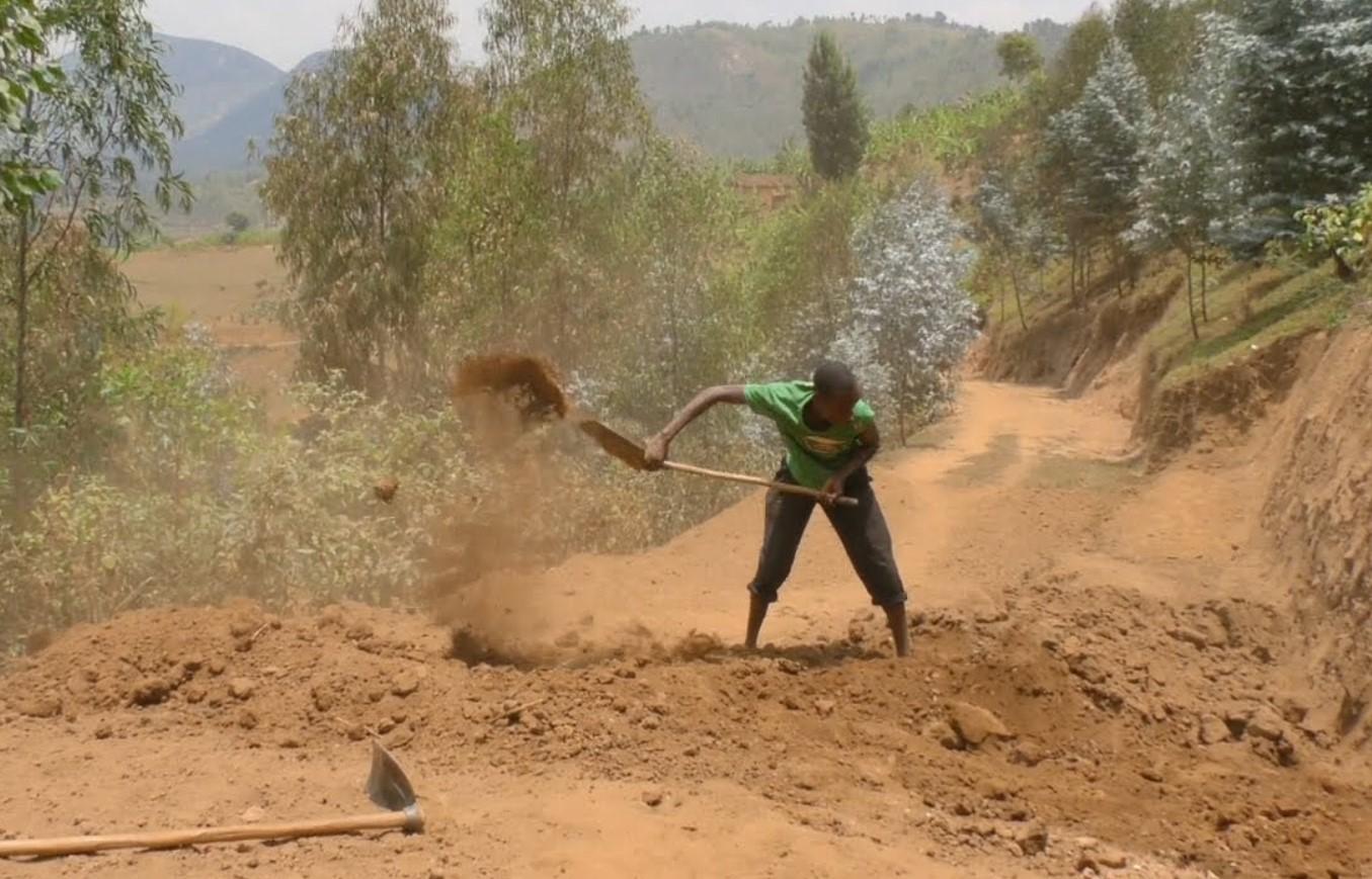 Мотыгой и лопатой: руандец за 3 года вручную построил дорогу 5