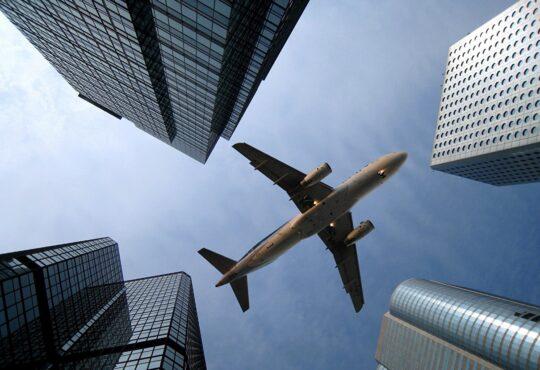 Высотки. Разрешение на строительство, самолет. Вид снизу. Висотки. Дозвіл на будівництво, літак. Вид знизу