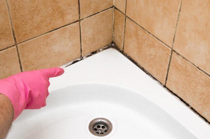 Очистить межплиточные швы. Оновити шви між плиткою